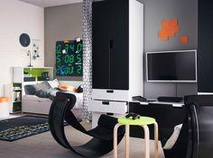 Ein Jugendzimmer mit einem weißen Bett, STUVA Aufbewahrungskombination in Weiß und Schwarz und schwarzen Schaukelstühlen, die ideal zum Spielen von Videospielen sind