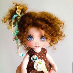 Купить или заказать Бусинка. Текстильная кукла в интернет-магазине на Ярмарке Мастеров. Бусинка совсем маленькая девочка - всего 23 см от пяточек до хвостика. Обожает сладости, особенно карамельки. Куколка сшита из смесового материала 80% хлопок + 20% лён и обтянута хлопковым трикотажем. Ручки и ножки на пуговичном креплении, могут гнуться в любом направлении (в них вставлена проволока). Девочка может стоять сама только в своей обуви, а так предпочитает подставку.