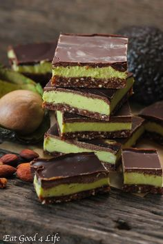 Avocado Mint Cream Bars from Rawsome Vegan Baking via Eat Good 4 Life Vegan Dessert Recipes, Raw Food Recipes, Cooking Recipes, Healthy Recipes, Mint Desserts, Desserts Sains, Mint Creams, Avocado Brownies, Raw Almonds