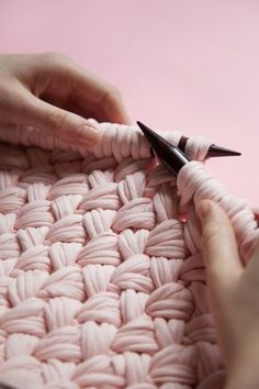 ~ How to knit woven stitch.... Looks interesting enough to try??? Maybe with bulky yarn to make ???? Put a thinking cap on!