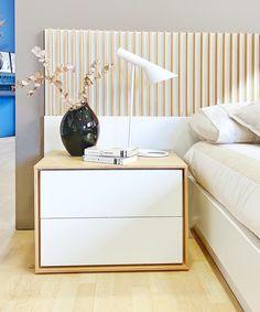 mesita de noche Elegance y lámpara AJ Jacobsen Bedroom Bed Design, Bedroom Furniture Design, Bedroom Decor, Diy Furniture, Bathroom Mirror With Shelf, Pedestal Side Table, Bedside Table Design, Bedroom Layouts, Luxurious Bedrooms