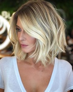 Short bob hairstyles are very versatile and can complement almost everyone. With many modern and fresh styles, Bob hairstyles can be adapted to your personality. Blunt bob haircut claimed several decades ago [Read the Rest] → Medium Hair Styles, Short Hair Styles, Hair Medium, Medium Brown, Styling Short Hair Bob, Bob Styles, Short Blonde Bobs, Long Bobs, Dark Blonde