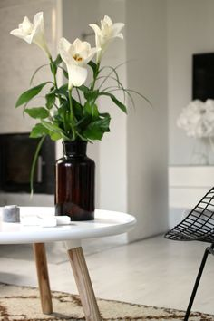 White lily bouquet in a contemporary minimalism meets midcentury modern living room. More pics on my blog http://vastarintama.net.
