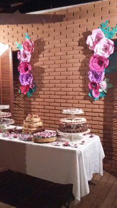 Mesa de bolo simples, decoração floral