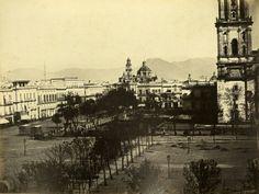 Zócalo de México. Al fondo el Templo de Santo Domingo y a la derecha parte de la Catedral Metropolitana con el famoso paseo de las cadenas. Año de 1863