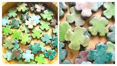 Raku-Kleeblätter in unterschiedlichen Grüntönen. Jedes ein Unikat. Gingerbread Cookies, Desserts, Food, Gingerbread Cupcakes, Tailgate Desserts, Deserts, Essen, Postres, Meals