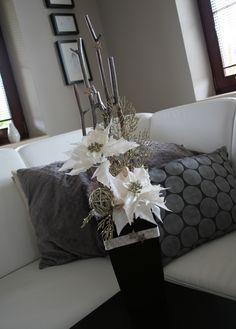 Luxusní+vánoční+dekorace+s+vánoční+hvězdou+Krásná venkovni+nebo+i+vnitřní+dekorace,+která+dokonale+doplní+Vaši+vánoční+výzdobu. V+kvalitním+outdoorovém+plastu+s+luxusními+perleťovými+látkovými vánočními+hvězdami,+ratanovou+koulí, +třpytivými+větvičkami,+skleněnými+kouličkami,+hvězdičkami,+atd....+Výška dekorace cca +75+cm,+šířka 23+cm+ + +