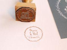 """Dieser runde Stempel zur Papeterieserie """"Dots"""" wird mit euern Namen und dem Hochzeitsdatum individualisiert. Das gestempelte Motiv hat grundsätzlich einen Durchmesser von ca. 40 mm. Falls ihr ein..."""