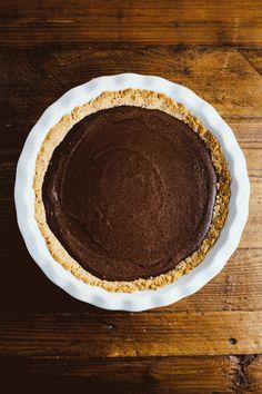 A recipe for hot fudge brownie sundae pie from Hummingbird High, inspired by Momofuku Milk Bar and Straus Family Creamery. Dessert Drinks, Köstliche Desserts, Delicious Desserts, Dessert Recipes, Pie Recipes, Baking Recipes, Sweet Recipes, Brownie Recipes, Fudge Brownies