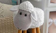 Receita Banquinho Ovelha com Barbante Barroco Maxcolor - Blog do Bazar Horizonte Crochet Patterns Amigurumi, Crochet Dolls, Crochet Hats, Crochet Diy, Crochet Home Decor, Baby Blanket Crochet, Nursery Decor, Diy Crafts, Knitting