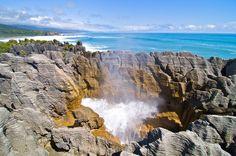 Uno de los fenómenos más divertidos del agua son los géisers, en los que el agua sale disparada de la tierra a causa de una gran presión. Nos vamos hasta Nueva Zelanda para descubrir un géiser marítimo conocido como Pancake Rocks. La acción del agua ha creado un paisaje peculiar que parece formado por montañas de creppes. Imagen: Wikipedia.org