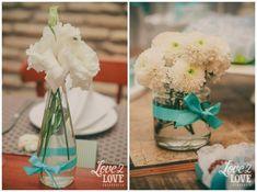 Centros de mesa nas cores azul tiffany e branco! ♥ #decoração #noivado #azultiffany #casamento #centrosdemesa #centerpieces #arranjosflorais #engagement #decor #wedding