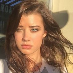 Sarah McDaniel, a 20 year-old model, is the latest phenomena to attempt to break the internet. The model has complete heterochromia iridum, a condition where the irises of both eyes are differently coloured. Jane Seymour, Two Different Colored Eyes, Natural Prom Makeup, Gorgeous Eyes, Amazing Eyes, Cover Model, Old Models, Female Models, Cool Eyes