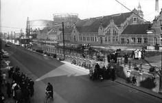 Westergasfabriek aan de Haarlemmerweg, jaren vijftig.   De Westergasfabriek is in 1883 gebouwd en was de grootste steenkolengasfabriek van Nederland. De gasfabriek voorzag Amsterdam van steenkoolgas, dat voornamelijk werd gebruikt voor verlichting van straten en gebouwen. Het wassen van kolen en het vergassen van cokes heeft ervoor gezorgd dat er na de sluiting van de fabriek in de jaren zestig een zwaar vervuild terrein achterbleef.