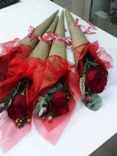 - After the bustle of the holiday season, the next big event is the Valentine's Day. This is the time of the year when lovers vow their romantic promise. Single Flower Bouquet, Flower Bouquet Diy, Bouquet Wrap, Valentine Gift Baskets, Valentine Crafts, Valentine Nails, Valentine Ideas, Easter Crafts, Valentine's Day Flower Arrangements