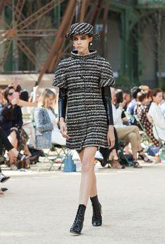 Tutti i look della sfilata Haute Couture Autunno-Inverno 2017/18 sul sito ufficiale di CHANEL