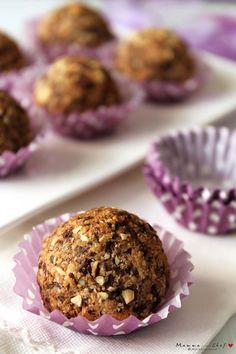Le palle di Monica sono dei biscottini preparati con nocciole, mandorle, cioccolato, zucchero, una piccola quantità di farina di Quinoa e fecola di patate. Sono senza glutine