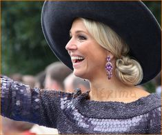Koningin Máxima in paarse outfit.