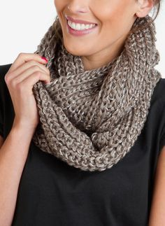 Relasé: Scaldacollo a maglia - spiegazioni passo dopo passo Loom Knitting, Knitting Patterns, Crochet Stitches, Knit Crochet, Vintage Crochet Patterns, Cowl Scarf, Knitting Projects, Knitwear, Clothes For Women