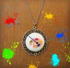 #kanaviçe #kanaviçekolye #kolyeucu #etamin #elemegi #takı #tasarım #hobi #desen #crossstitch #pendant #handmade #sipariş #siparişalınır #art #resim #sanat #paint #brush #colour #boya #renk #palet #palette #ressam