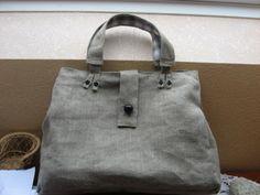 Voici un sac facile à faire, seuls les petits détails vous prendront du temps. Fournitures : - lin d'ameublement (épais) écru - tissu pour doublure - 8 boutons &de culotte& noirs - un bouton noir fantaisie - molleton - colle en bombe. - une grosse pression...