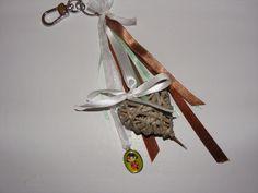 Een naturel tas-sleutelhanger met rieten hartje en hanger met japans meisje.