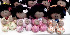 Quer aprender como fazer bonecas de pano para lembrancinhas? Você vai ver vários modelos, poder aproveitar os moldes das bonecas e inspirar-se para criar a sua própria bonequinha para lembrança, com o seu estilo pessoal e a sua personalidade impressos no trabalho. Você pode usar retalhos de tecidos que já possua em casa para criar …