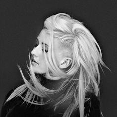 """Elena Jane Goulding, mais conhecida pelo seu nome artístico Ellie Goulding é uma cantora e compositora inglesa. Ellie chegou a fama depois de alcançar o topo do """"BBC Sound of 2010"""" e ganhar o Critics Choice Award no BRIT Awards 2010."""