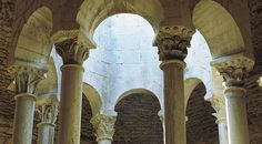 Esta estructura es una imitación de los baños musulmanes medievales que datan del siglo XII.  Se encuentran  en Girona Cataluña.