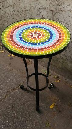 Mesas De Hierro Redondas Con Venecitas 50 Diametro 70 Altura - $ 1.380,00 Mosaic Tile Designs, Mosaic Tile Art, Mosaic Pots, Mosaic Diy, Mosaic Garden, Mosaic Crafts, Mosaic Projects, Mosaic Patterns, Mosaic Glass