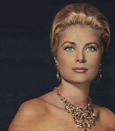 Princess Grace of Monaco hair style Golden Age Of Hollywood, Hollywood Stars, Classic Hollywood, Old Hollywood, Moda Grace Kelly, Grace Kelly Style, Most Beautiful Women, Beautiful People, Princesa Grace Kelly