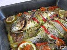 Vyzkoušejte recept na pražmu ochucenou bylinkami a pečenou s kapiemi, rajčaty a šalotkou. Pokrm podáváme jako hlavní chod, který je vhodný i pro slavnostní příležitosti. Paella, Cooking Recipes, Sweets, Fish, Baking, Ethnic Recipes, Recipe, Kitchens, Red Peppers