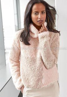 Теплый и объемный пуловер спицами для женщин, перед которого связан в технике интарсия, только в упрощенном виде. Для вязание модели...