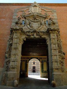 Portada del Cuartel del Conde-Duque (estilo barroco, 1717)