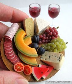 Miniature sculpture of a melon, cheese, grape, watermelon, sausage and wine tray. Cute Polymer Clay, Polymer Clay Miniatures, Polymer Clay Crafts, Cute Clay, Miniature Crafts, Miniature Food, Miniature Dolls, Barbie Food, Doll Food