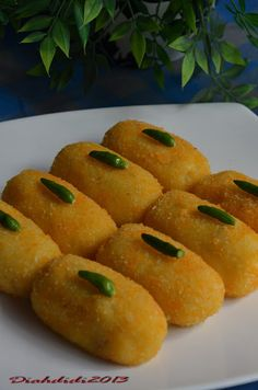 Kroket Indonesian Desserts, Asian Desserts, Indonesian Food, Savory Snacks, Yummy Snacks, Snack Recipes, Cooking Recipes, Diah Didi Kitchen, Traditional Cakes