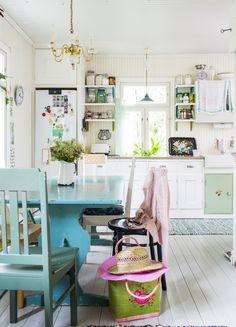 Sinisen ja vihreän sävyt piristävät vaaleaa keittiötä. Shades of blue and green refresh blond kitchen.  Unelmien Talo&Koti Kuva: Hanne Manelius Toimittaja: Ilona Pietiläinen