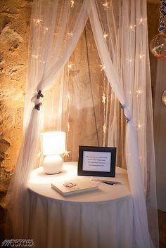 table pour livre d'or; rajouter une chaise, l'urne et les cadeaux invités et le ciel de lit de mamour