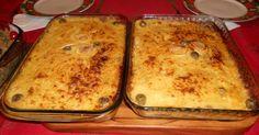 500 g de bacalhau desalgado, cozido e desfiado  - 1 kg de batatas cozidas  - 500 g de cebolas cortadas em rodelas  - 10 ovos cozidos  - 2 xícaras de azeitonas picadas sem caroço  - 150 ml de azeite de oliva extra virgem  -