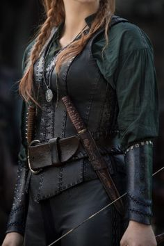 Details of Sara's (Jessica Chastain) warrior costume in The Huntsman: Winter's War. From Who What Wear Jessica Chastain, Larp, Steampunk Accessoires, Colleen Atwood, Leather Armor, Leather Corset, Tooled Leather, Fantasy Costumes, Medieval Clothing