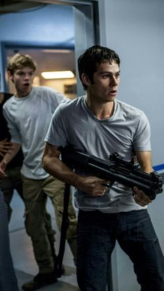 Dylan O'Brien and Thomas Brodie-Sangster Dylan O'brien Maze Runner, Maze Runner Funny, Maze Runner Cast, Maze Runner The Scorch, Maze Runner Thomas, Maze Runner Movie, Maze Runner Games, Maze Runner Trilogy, Maze Runner Series
