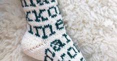 EDIT: Ruutupiirros lisätty. Koko 38 Lanka Novita 7 veljestä, luonnonvalkoinen ja kataja, yhteensä 100 g Sukkapuikot 3,5 mm tai käsialan muka... Crochet Socks, Knitting Socks, Knit Crochet, Marimekko, Diy Projects To Try, Mittens, Knitting Patterns, Adidas, Fashion
