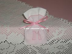 lino bianco con iniziale ricamata a mano