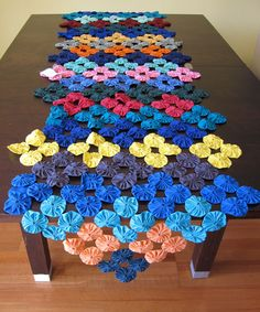 ideas patchwork table runner yo yo for 2019 Handmade Crafts, Diy And Crafts, Yo Yo Quilt, Patchwork Table Runner, Quilting Projects, Sewing Projects, Colorful Quilts, Crochet Quilt, Table Toppers