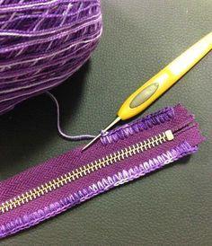 This Pin was discovered by Sab Crochet a zipper Apparently you can add a zipper to crocheted work! Como introduzir o zíper na bolsa - Salvabrani - Learn to Crochet Jasmine Stitc Crochet Case, Crochet Diy, Love Crochet, Learn To Crochet, Crochet Crafts, Crochet Stitches, Crochet Projects, Crochet Patterns, Crochet Ideas