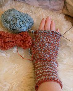 #vottestrikk #votter #mittens #stricken #strandedknitting #knitmittens #latviskflette Fashion Forms, Fingerless Gloves, Arm Warmers, Threading, Fingerless Mitts, Fingerless Mittens