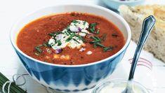 Denne uges hverdagsopskrifter er skønne livretter du kan forkæle hele familien med. Her får du opskriften på tomatsuppe med grøntsager og bacon ugens madplan, ugens opskrifter, hverdagsmad, livretter, tomatsuppe