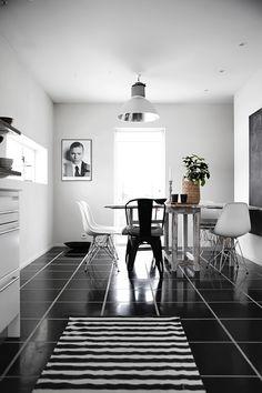 Nos encanta la combinación del suelo negro con las puertas blanco brillo en esta #cocina Fijaos en los tiradores tubulares ;) GENIAL