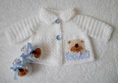 Conjunto com 2 peças:    1 Casaquinho para bebê feito de crochê, sem costuras.    Uso de lã branca, antialérgica e própria para peles delicadas    A aplicação de ursinho é bordada manualmente e feita com feltro marca Santa Fé    Fechamento com 2 botões, o que permite maior conforto, sem que o casaco se abra facilmente com os movimentos do bebê    1 Par de Sapatinhos para bebê de crochê, em lã branca, laço de cetim azul claro e aplicação de ursinho em feltro    Pode ser feito em outras cores…