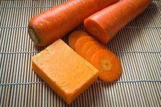 Cómo hacer jabón casero de zanahoria para cuidar la piel Sweet Potato, Lip Balm, El Acne, Home Made Soap, Soap Making, Sausage, Carrots, Homemade, Perfume
